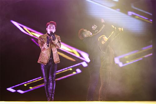 Sơn Tùng M-TP đập vỡ nát cây đàn trên sân khấu-11