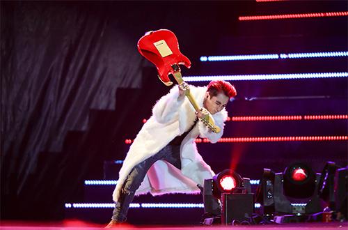 Sơn Tùng M-TP đập vỡ nát cây đàn trên sân khấu-4