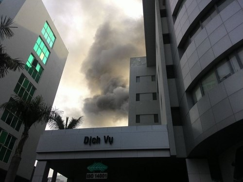 Cháy Toyota Mỹ Đình, hàng chục người tháo chạy-1