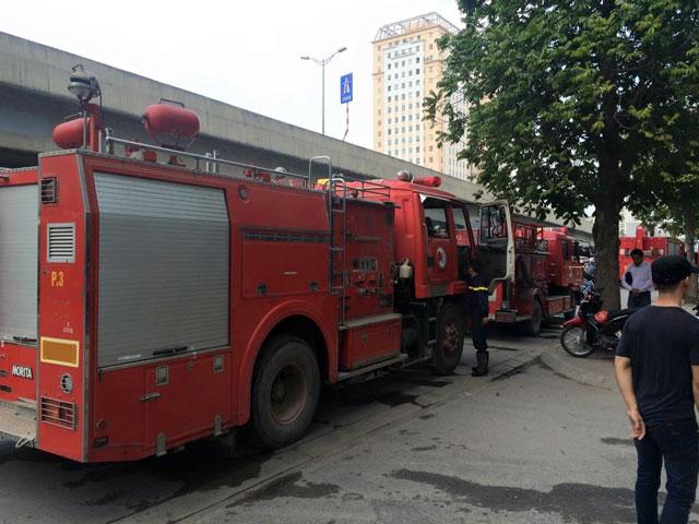 Cháy Toyota Mỹ Đình, hàng chục người tháo chạy-4