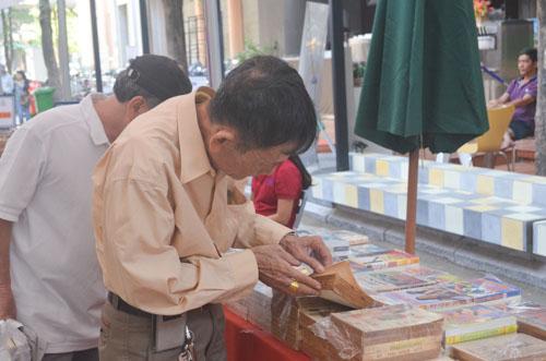 nguòi già lục tìm sách cũ ỏ con duòng sách dàu tien cua viẹt nam - 3