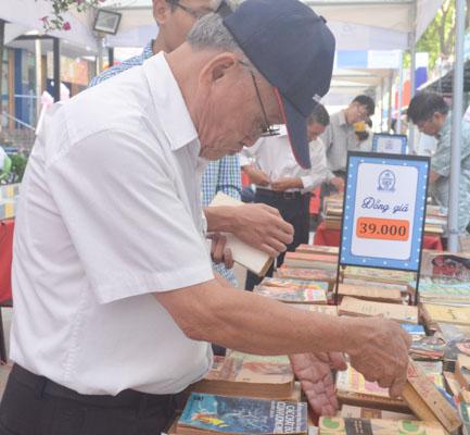 nguòi già lục tìm sách cũ ỏ con duòng sách dàu tien cua viẹt nam - 5