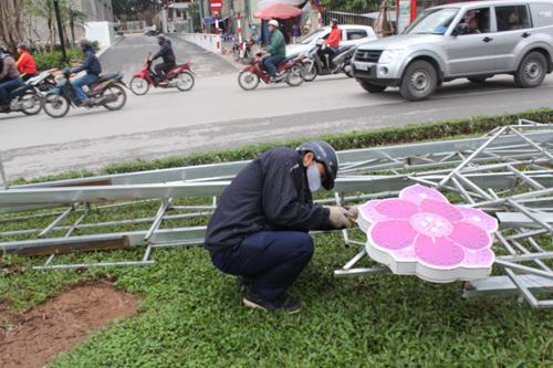 Tháo dỡ đèn trang trí lòe loẹt trên đường Nguyễn Chí Thanh-11