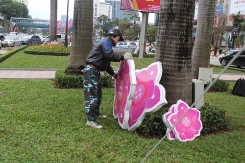 Tháo dỡ đèn trang trí lòe loẹt trên đường Nguyễn Chí Thanh-5