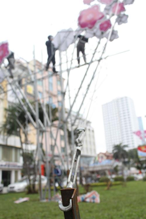 Tháo dỡ đèn trang trí lòe loẹt trên đường Nguyễn Chí Thanh-6