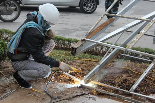 Tháo dỡ đèn trang trí lòe loẹt trên đường Nguyễn Chí Thanh-7