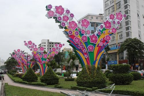 Tháo dỡ đèn trang trí lòe loẹt trên đường Nguyễn Chí Thanh-1
