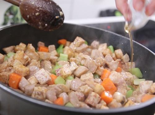 Thịt heo xào khoai môn đơn giản mà ngon-9