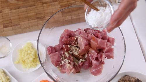 Thịt heo xào khoai môn đơn giản mà ngon-2