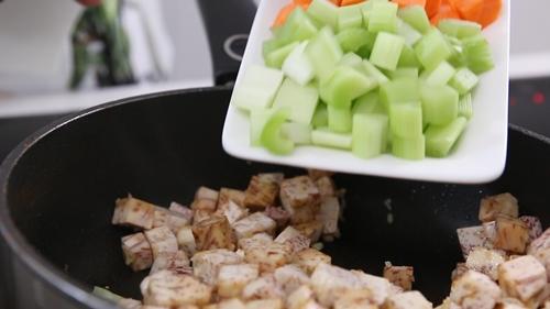 Thịt heo xào khoai môn đơn giản mà ngon-7