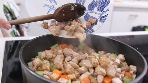 Thịt heo xào khoai môn đơn giản mà ngon-8