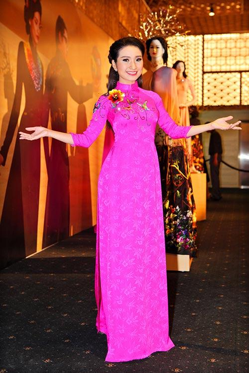 Á hậu Kim Nguyên sánh đôi bạn diễn đi sự kiện-8