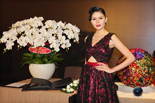 Á hậu Kim Nguyên sánh đôi bạn diễn đi sự kiện-7