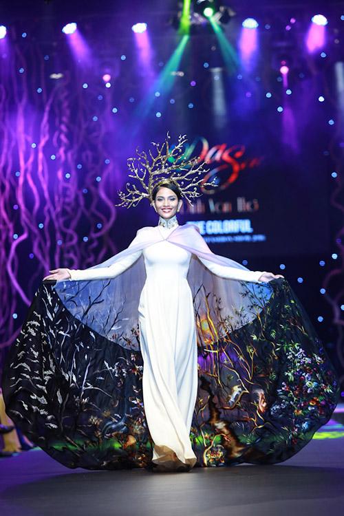 lan khue, pham huong xung xinh ao dai da sac - 12