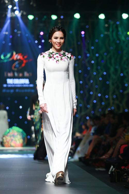 lan khue, pham huong xung xinh ao dai da sac - 10