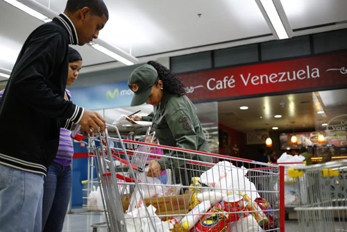 anh: nguoi dan venezuela xep hang dai cho mua thuc pham - 13