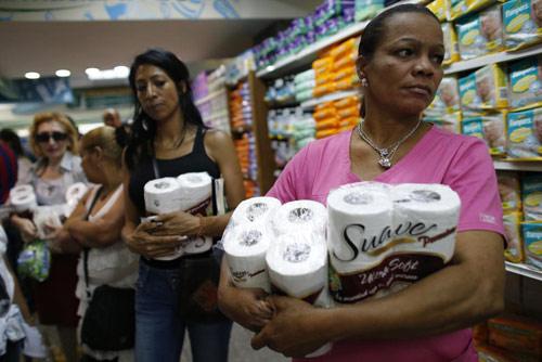 anh: nguoi dan venezuela xep hang dai cho mua thuc pham - 14