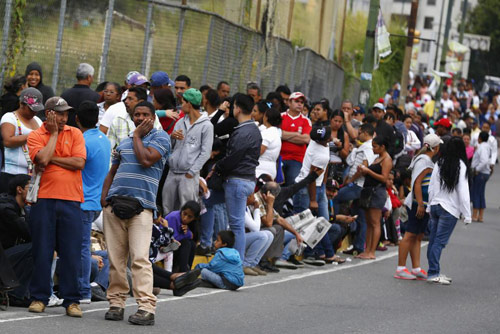 anh: nguoi dan venezuela xep hang dai cho mua thuc pham - 3