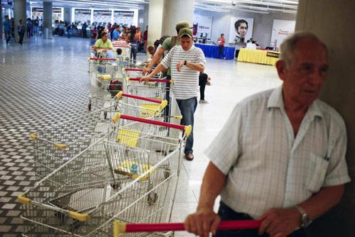 anh: nguoi dan venezuela xep hang dai cho mua thuc pham - 4