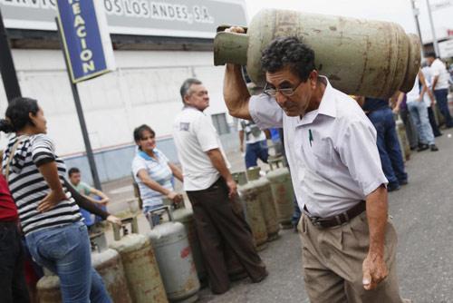 anh: nguoi dan venezuela xep hang dai cho mua thuc pham - 5