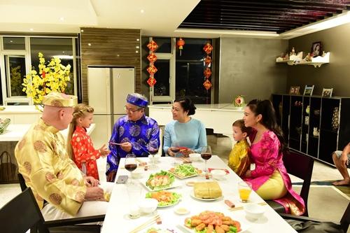 chong tay lan dau dien ao dai don tet cung thu minh - 4