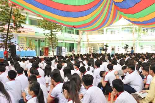 500 học sinh tp.hcm duọc tu ván tuyẻn sinh dh sáng nay - 10