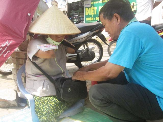 cam phuc nguoi phu nu ban ve so khong tay khong chan - 3
