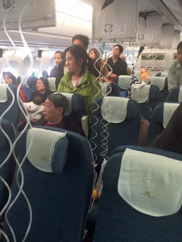 Máy bay VNA giảm áp suất đột ngột, tiếp viên bị thương-1