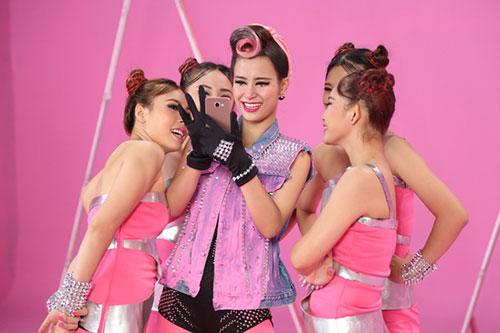"""Đông Nhi đầy cá tính với tóc hồng trong dự án """"Pink Girl""""-6"""