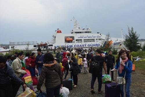 Đưa gần 600 người dân Lý Sơn vượt biển động về quê ăn Tết-1
