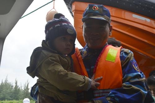 Đưa gần 600 người dân Lý Sơn vượt biển động về quê ăn Tết-6