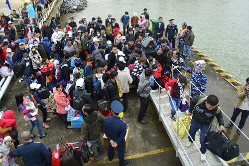 Đưa gần 600 người dân Lý Sơn vượt biển động về quê ăn Tết-7