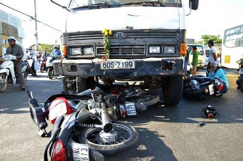 """xe """"dien"""" làm loạn giao lọ cuón 7 xe máy vào gàm - 3"""