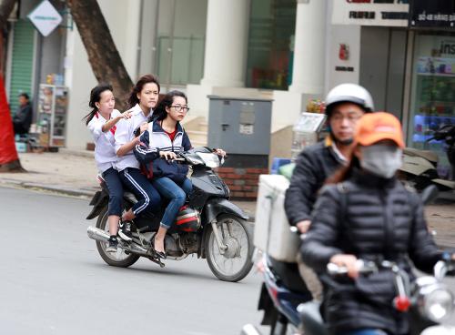 hoc sinh thu do van dau tran di xe dap dien bat chap lenh phat - 8