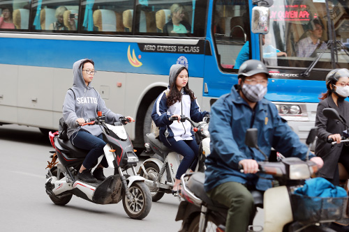 hoc sinh thu do van dau tran di xe dap dien bat chap lenh phat - 5
