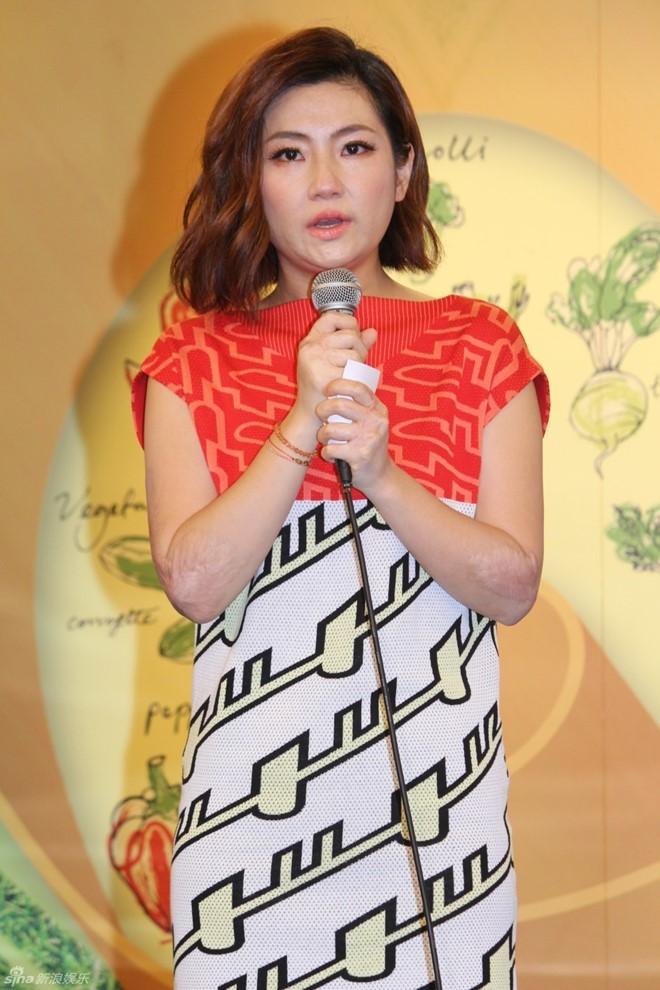 showbiz 24/7: selina (s.h.e) khoc thuong chong cu - 1