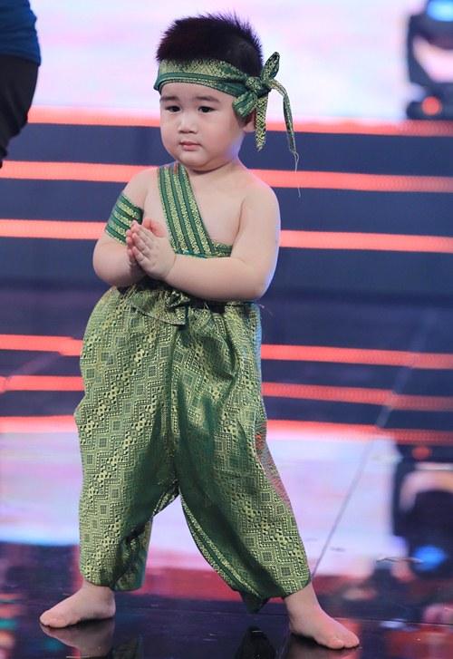 """con trai 2 tuoi cua kim tu long gay """"sot"""" boi ve de thuong - 4"""