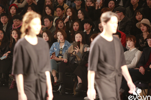 minh hang ngoi hang ghe dau tai seoul fashion week - 5