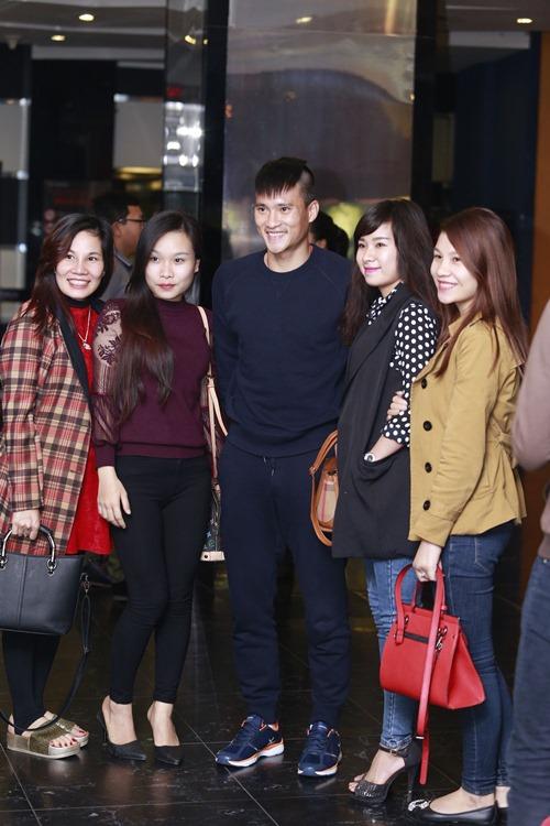 cong vinh dua dong doi di xem phim cua vo - 11