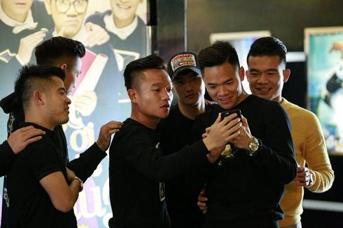 cong vinh dua dong doi di xem phim cua vo - 4