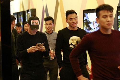 cong vinh dua dong doi di xem phim cua vo - 8