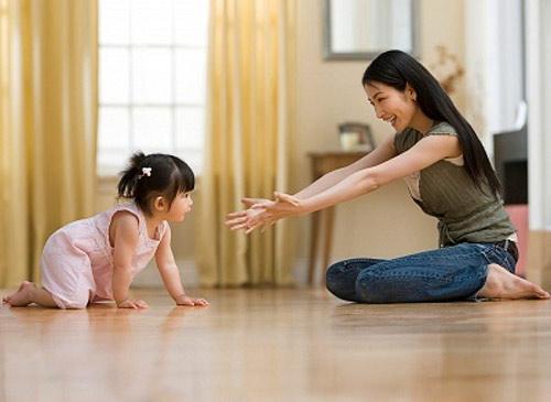 5 lỗi chăm con nhỏ khiến bé phát triển sai tư thế-1