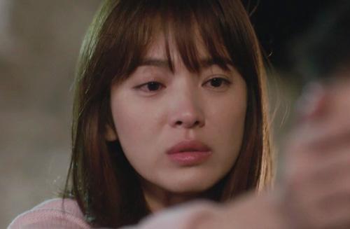 Song Joong Ki đứng bất động khi được Song Hye Kyo ôm ấp-10