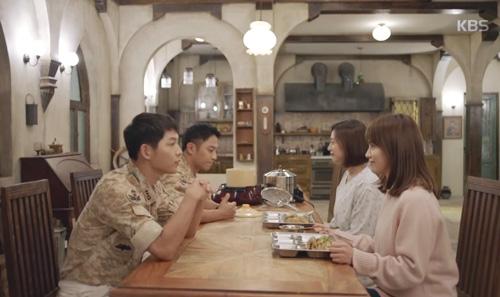 Song Joong Ki đứng bất động khi được Song Hye Kyo ôm ấp-11