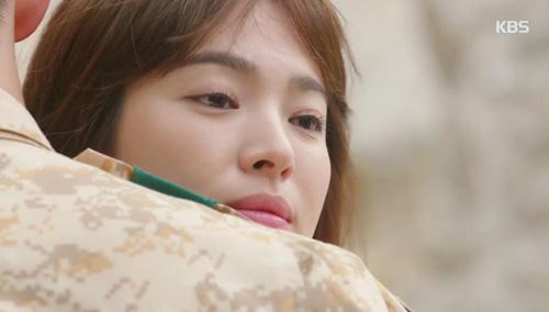Song Joong Ki đứng bất động khi được Song Hye Kyo ôm ấp-4