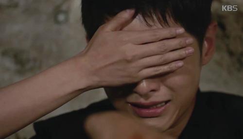 Song Joong Ki đứng bất động khi được Song Hye Kyo ôm ấp-9