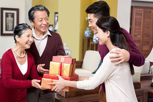 Gợi ý chọn quà để tặng cha mẹ ngày Tết