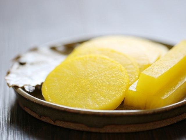 Cách làm củ cải muối vàng kiểu Hàn chua giòn tuyệt ngon