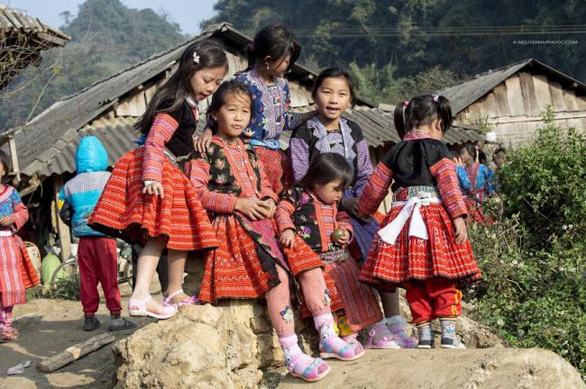 Dân tộc Mông cũng đón năm mới theo lịch âm giống như phần lớn người dân ở Việt Nam. Các hoạt động đón năm mới thường diễn ra tại trung tâm của từng bản làng.