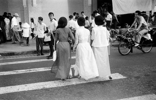 Hồn lạc trôi khi ngắm phụ nữ Việt xưa mặc áo dài khoe eo thon